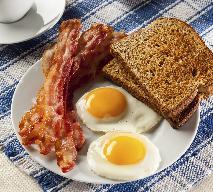 Jak zrobić jajka sadzone po amerykańsku? [WIDEO]