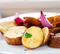 Czerwona cebula pieczona z serem feta i płatkami migdałowymi