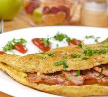 Omlet z szynką i szczypiorem: pomysł na śniadanie