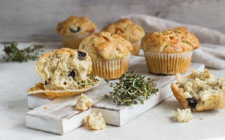 Muffiny z oliwkami, rozmarynem i parmezanem