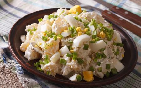 Wyborna sałatka z wędzonego sera, szynki i ziemniaków