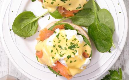 Jajka zapiekane z łososiem: przepis na wykwintne zimowe śniadanie + WIDEO