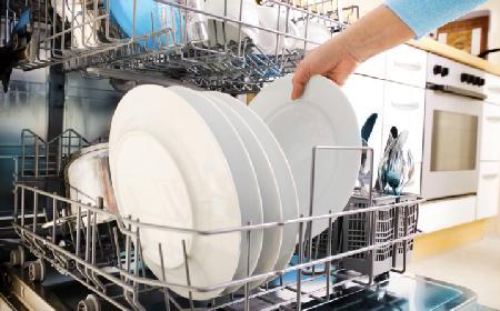 Jakich naczyń nie można myć w zmywarce? Czego nie wolno wkładać do zmywarki?