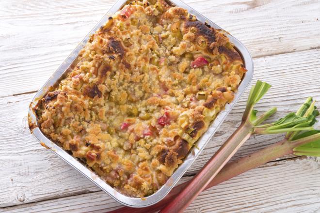 Ciasto kruche z rabarbarem, truskawkami, daktylami i miodem [przepis + WIDEO]