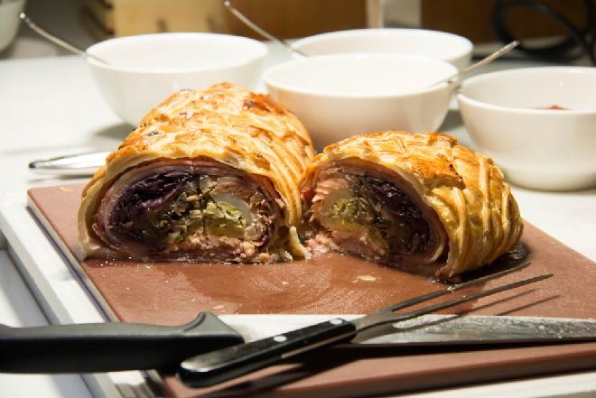 Pyszna rolada z kiełbaskami, pieczarkami i serem: łatwa do przygotowania