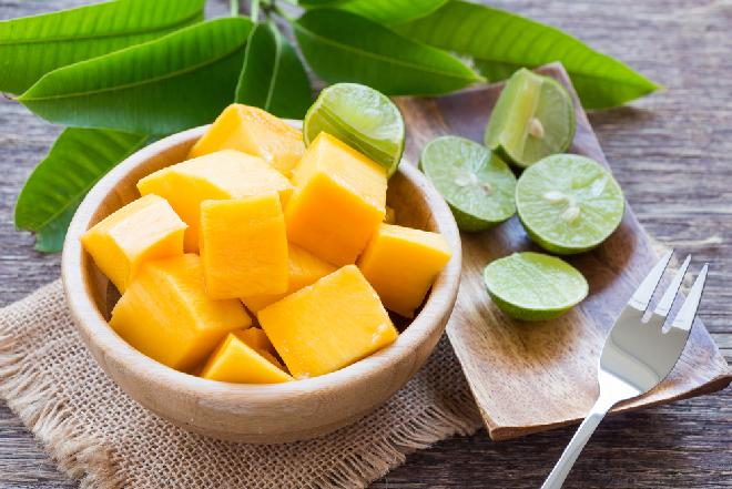 Orzeźwiająca sałatka z owoców mango z gorczycą