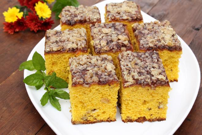 Superpuszyste ciasto z dyni - przepis na prosty jesienny deser