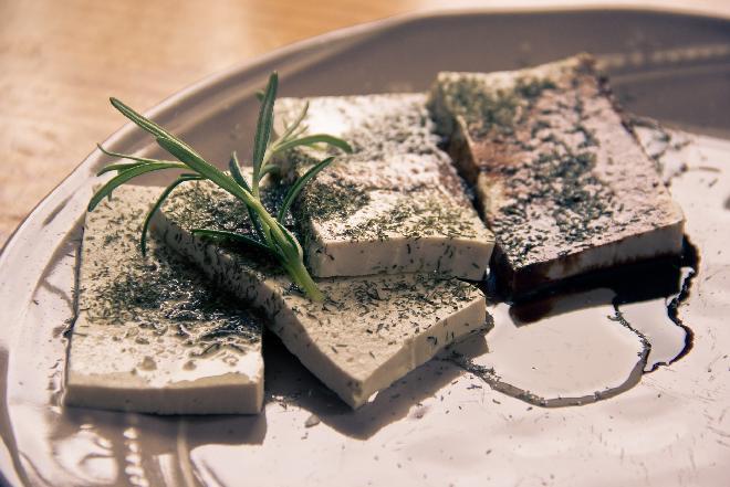 Co to jest tofu? Przepis na domowy ser sojowy