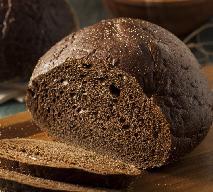 Domowy pumpernikiel: dobry przepis na ciemny chleb