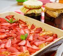 Czerstwe ciasto drożdżowe z owocami