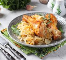 Podudzia kurczaka pieczone na kapuście kiszonej: przepis na obfity obiad rodzinny
