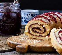 Rolada biszkoptowa z dżemem: łatwy przepis na efektowny i niedrogi deser