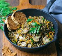 Wegański gulasz z soczewicy i pieczarek: przepis na danie bogate w białko