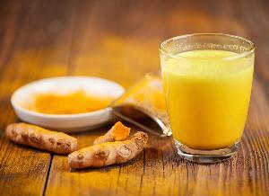 Złote mleko - co to jest i jak zrobić złote mleko i pastę z kurkumy? [WIDEO]