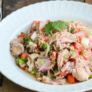 Przepis na sałatkę z tuńczyka z diety Montignaca - idealny dla dbających o linię