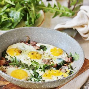 Duszone liście mlecza z jajkami i boczkiem: przepis z mniszkiem lekarskim