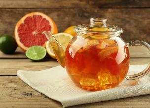 Orzeźwiający drink herbaciany z sokiem grejpfrutowym
