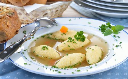 Rosół wołowy z kluskami z kaszy manny