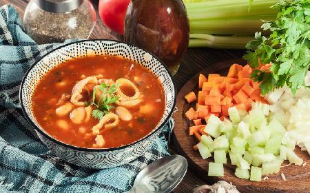 Fantastyczna zupa pomidorowa z fasolą i makaronem: sycące danie kuchni włoskiej