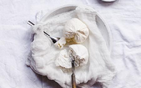 Domowy twaróg z kefiru: przepis na pyszny twarożek z zapasów kefiru