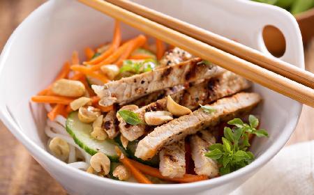 Sałatka z makaronem ryżowym i kurczakiem: przepis bez majonezu