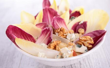 Przepyszna sałatka z cykorii i sera pleśniowego: do  zrobienia w 5 minut