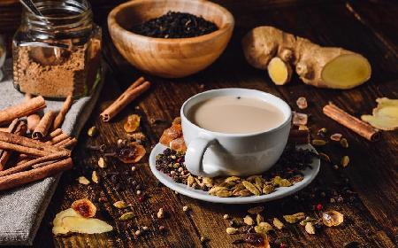 Masala chai: rozgrzewająca herbata na mleku z cynamonem i kardamonem [przepis]