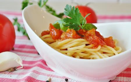 Makaron z sosem pomidorowym gotowy w kwadrans!