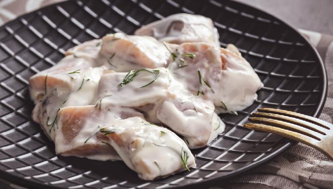 Śledzie w sosie koperkowym - pyszne śledzie w pachnącym koperkiem sosie majonezowym