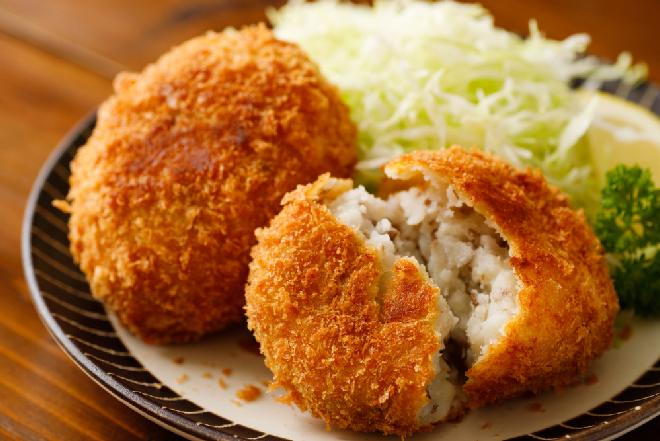 Japońskie krokiety z ziemniaków i mielonego mięsa: przepis na