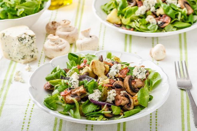 Wiosenna sałatka z roszponki i sera lazur: ze smażonymi ziemniakami i pieczarkami