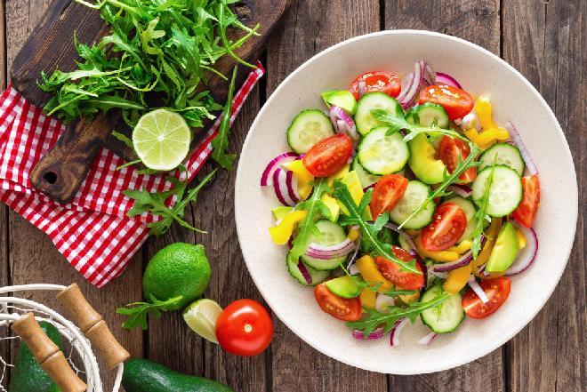 Pomidorowa sałatka z ogórkiem i awokado: jeden składnik robi ogromną różnicę