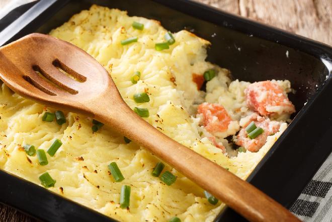 Zapiekanka z puree ziemniaczanego i łososia w sosie śmietanowym: łatwy przepis na obfity obiad