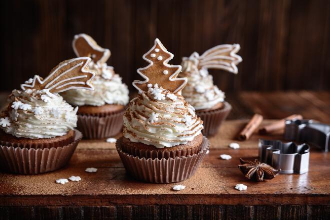 Piernikowe muffiny z bitą śmietaną: przepis na efektowne babeczki korzenne