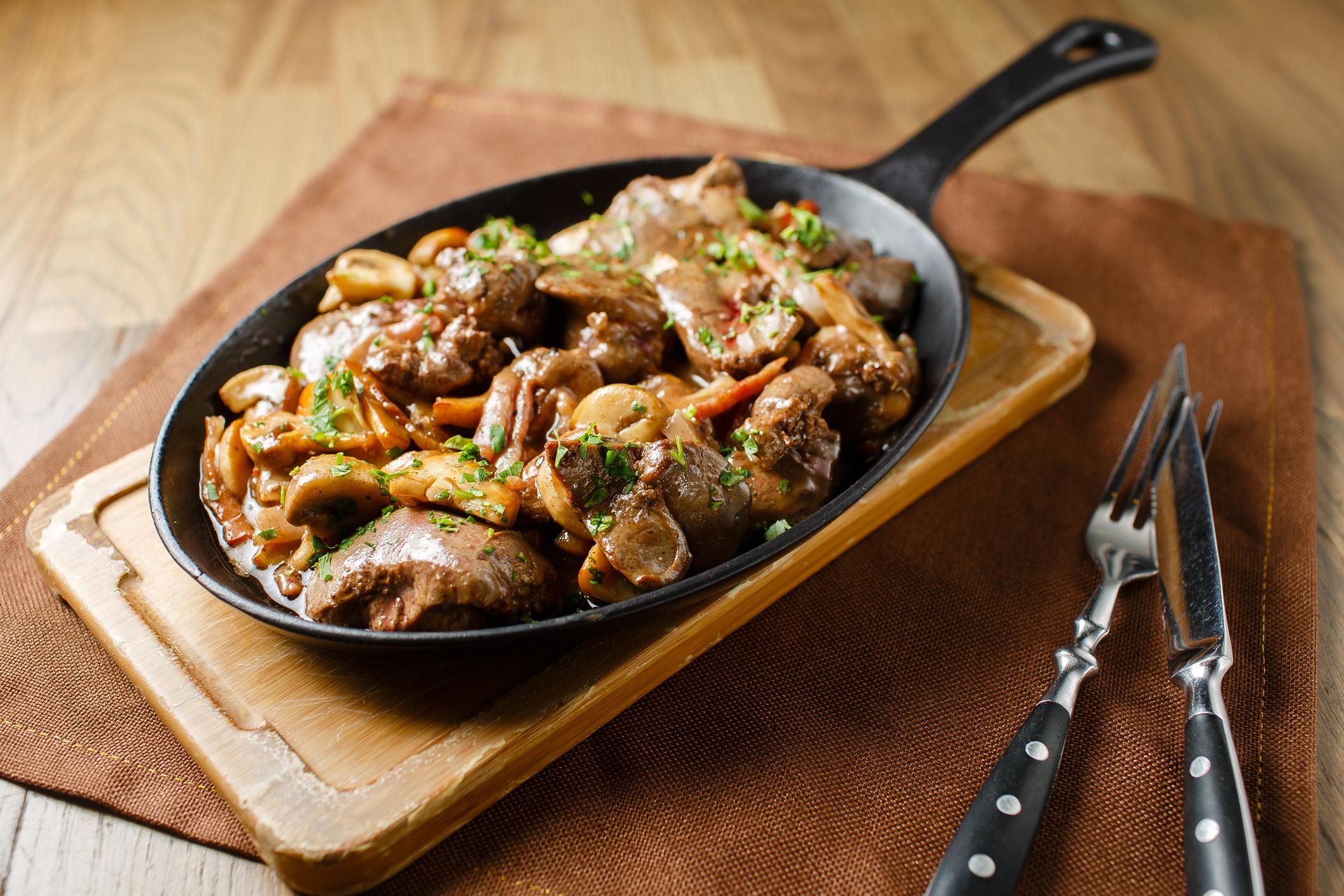 Wątróbka z boczkiem i grzybami: proste danie obiadowe